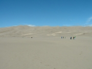 people_walking_to_the_dunes